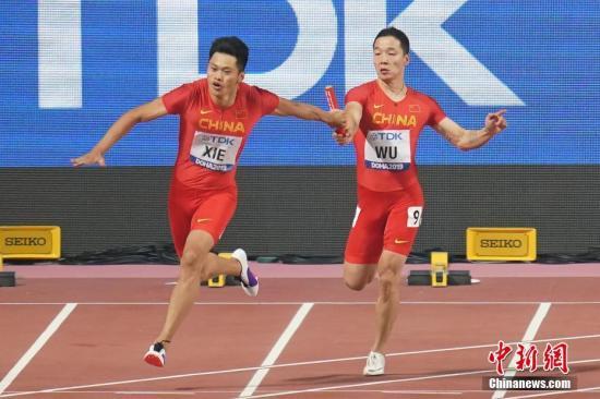 当地时间10月4日晚,在卡塔尔多哈举行的2019国际田联世界田径锦标赛男子4X100米接力中,中国队以37秒79的成绩晋级决赛。图为中国选手吴智强(右)、谢震业(左)在比赛中。a target='_blank' href='http://www.chinanews.com/'中新社/a记者 泱波 摄