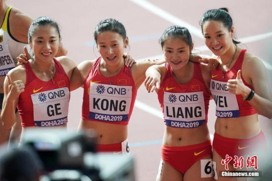 当地时间10月4日晚,在卡塔尔多哈举行的2019国际田联世界田径锦标赛女子4X100米接力中,中国队以42秒36的成绩晋级决赛。图为中国队选手韦永丽(右一)、梁小静(右二)、葛曼棋(左一)、孔令微(左二)在比赛后庆祝晋级。<a target='_blank' href='http://www.chinanews.com/'>中新社</a>记者 泱波 摄