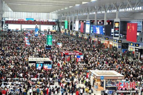 资料图:国庆长假上海虹桥火车站迎来返程大客流。 图片来源:ICphoto