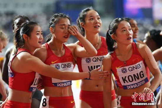 當地時間10月5日,在卡塔爾多哈舉行的2019國際田聯世界田徑錦標賽女子4X100米決賽中,中國隊三、四棒交接失誤,被判犯規導致成績被取消。圖為中國隊選手韋永麗(右二)、孔令微(右一)、葛曼棋(左二)、梁小靜(左一)在比賽后。 <a target='_blank' href='http://www.koisjs.icu/'>中新社</a>記者 泱波 攝