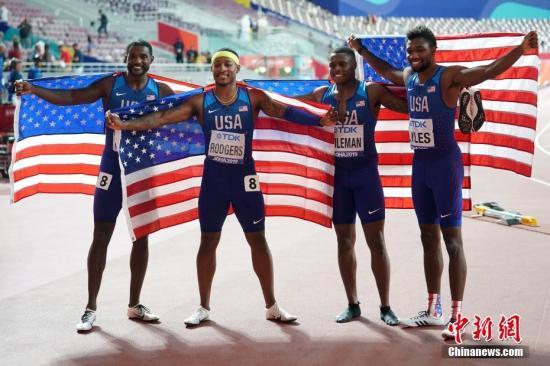 当地时间10月5日,在卡塔尔多哈举行的2019国际田联世界田径锦标赛男子4X100米接力决赛中,美国队以37秒10的成绩夺冠。图为美国队选手莱尔斯(右一)、科曼(右二)、罗杰斯(左二)、加特林(左一)在比赛后庆祝。 中新社记者 泱波 摄