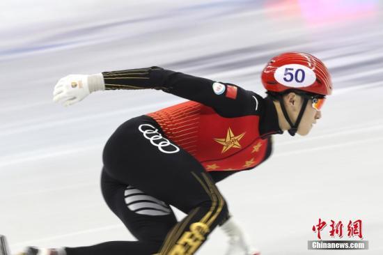 10月5日,国际滑联2019上海超级杯大奖赛进行了2000米混合接力决赛。中国四人出战,最终新秀张添翼在最后一棒超越匈牙利选手,帮助中国队夺得冠军。图为比赛中张添翼高速滑行。 中新社记者 张亨伟 摄