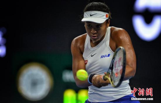 10月6日,2019中国网球公开赛女单决赛上演,赛会4号种子大坂直美以2:1逆转现世界排名第一的巴蒂获得冠军,三局比分为3:6、6:3、6:2。中网是WTA全年四站皇冠赛之一,级别仅次于大满贯。继巴蒂、哈勒普、卡-普利斯科娃和安德莱斯库之后,大坂直美也锁定了年终总决赛的单打席位。图为大坂直美比赛中。 <a target='_blank' href='http://www.chinanews.com/' >中新网</a>记者 李霈韵 摄