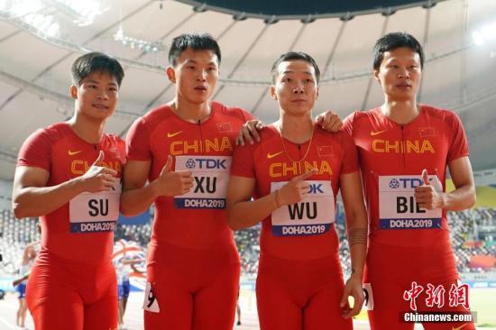 當地時間10月5日,在卡塔爾多哈舉行的2019國際田聯世界田徑錦標賽男子4X100米決賽中,由蘇炳添、許周政、吳智強和別舸組成的中國隊獲得第六名,拿到東京奧運會入場券。圖為中國隊選手蘇炳添(左一)和許周政(左二)、吳智強(右二)和別舸(右一)在比賽后。 <a target='_blank' href='http://www.nzmdgi.icu/'>中新社</a>記者 泱波 攝