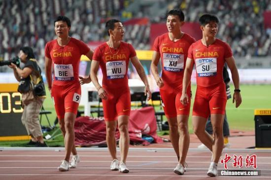 本地工夫10月5日,正在卡塔我多哈举办的2019国际田联天下田径锦标赛须眉4X100米决赛中,由苏炳加、许周政、吴智强战别舸构成的中国队得到第六名,拿到东京奥运会进场券。图为中国队选脚别舸(左一)、吴智强(左两)、许周政(左两)、苏炳加(左一)正在角逐后。 a target='_blank' href='http://www.chinanews.com/'中新社/a记者 泱波 摄