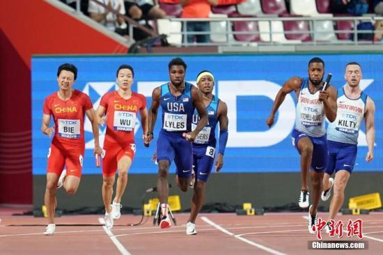 當地時間10月5日,在卡塔爾多哈舉行的2019國際田聯世界田徑錦標賽男子4X100米決賽中,由蘇炳添、許周政、吳智強和別舸組成的中國隊獲得第六名,拿到東京奧運會入場券。圖為中國隊選手別舸(左一)和吳智強(左二)在比賽中。 <a target='_blank' href='http://www.koisjs.icu/'>中新社</a>記者 泱波 攝