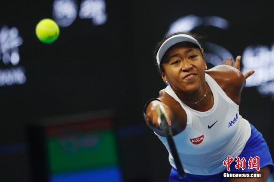 10月6日,大坂直美在比赛中。当日,在北京举行的2019中国网球公开赛女子单打决赛中,日本选手大坂直美战胜澳大利亚选手巴蒂,夺得冠军。 /p中新社记者 韩海丹 摄