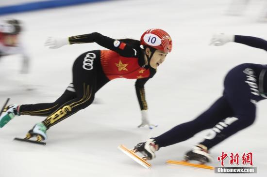 10月5日,国际滑联2019上海超级杯大奖赛进行了短道速滑女子3000米接力决赛。比赛中,中国队与荷兰队展开了激烈争夺,最终中国小花们摘得一枚银牌,荷兰队夺冠,匈牙利收获铜牌。图为中国队16岁小将张楚桐奋力滑行。中新社记者 张亨伟 摄
