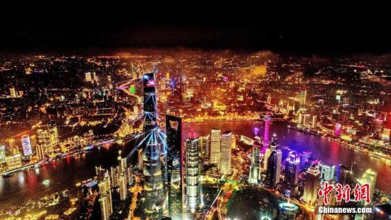 上海外滩国庆灯光秀流光溢彩。 黄伟国 摄