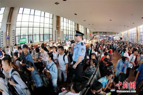10月7日,河南郑州火车站、郑州东站均迎来返程客流高峰,车站内等待乘车的旅客熙熙攘攘。周延民 摄