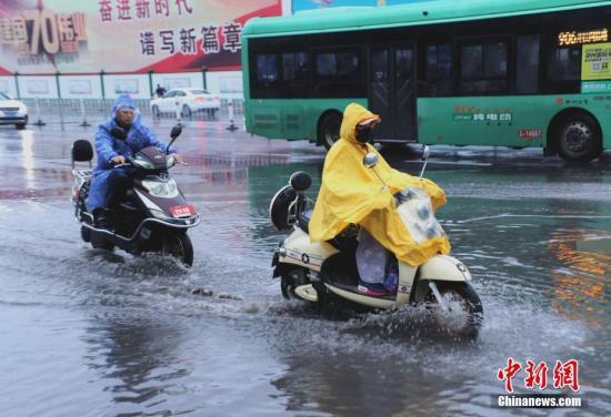 材料图:热氛围去袭 河北年夜部降温降雨。 a target='_blank' href='http://www.chinanews.com/'中新社/a记者 王及第 摄