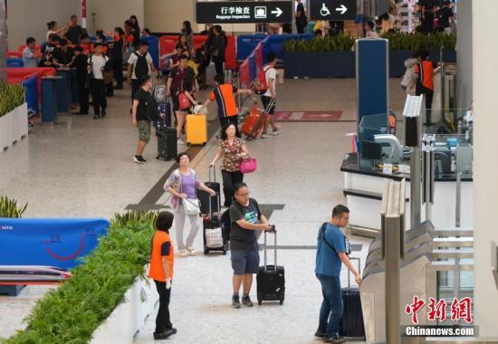 10月7日,香港西九龍站迎來返程客流,但客流量比去年同期大幅減少。<a target='_blank' href='http://www.nzmdgi.icu/'>中新社</a>記者 張煒 攝