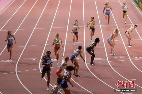 当地时间10月6日,在卡塔尔多哈举行的2019国际田联世界田径锦标赛女子4x400米接力决赛中,美国队以3分18秒92的成绩夺冠。图为选手们在比赛中。