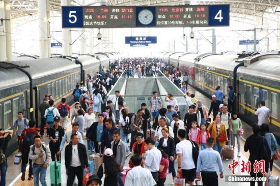 """资料图:""""十一""""国庆黄金周即将结束,铁路迎来客流返程高峰。图为南昌站到达客流。张杰 摄"""