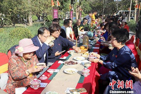 资料图:天津水上公园内,百名老人同品盖碗茶。(图文无关) 中新社记者 张道正 摄