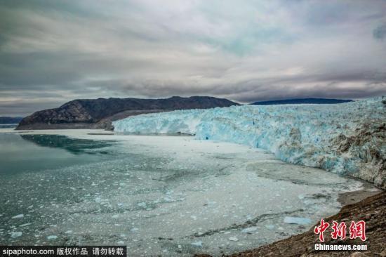 格陵兰岛西部的Eqi冰川附近漂浮着大量碎冰。图片来源:Sipaphoto 版权作品 禁止转载