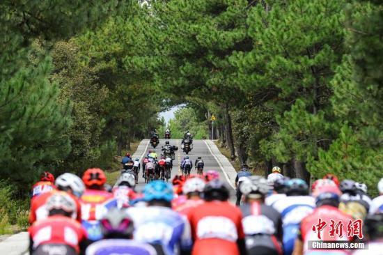 10月8日,2019第二届跨喜马拉雅国际自行车极限赛在西藏林芝开赛,来自中国、乌克兰、尼泊尔等国家和地区的28支车队共119位选手参加。图为选手们在比赛中。中新社记者 何蓬磊 摄