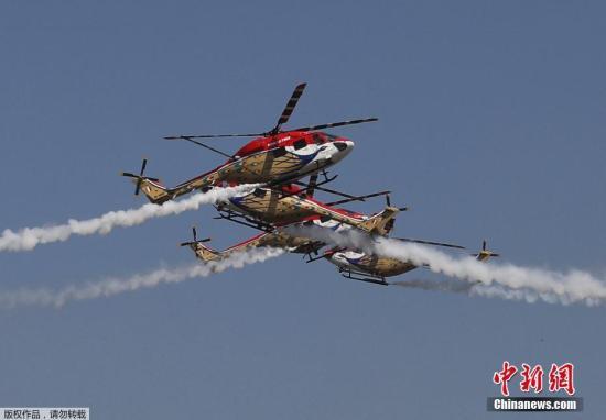 资料图:印度空军直升机特技飞行表演队进行特技飞行表演。
