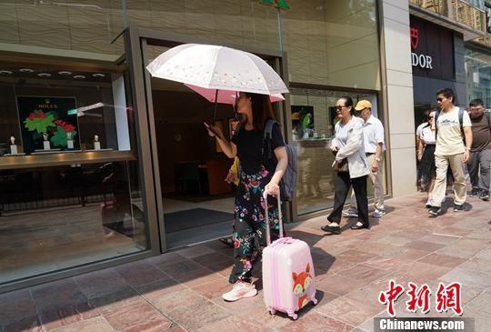 资料图:10月2日下午,香港尖沙咀广东道不见往年人头攒动的景象。中新社记者 张炜 摄