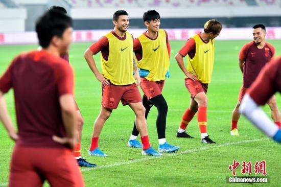在赛前踩场中,国足训练气氛较为轻松。中新社记者 陈骥旻 摄