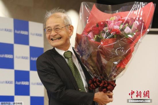 当地时间10月9日,2019年诺贝尔化学奖得主吉野彰(Akira Yoshino)在日本东京出席大发快三豹子_新大发快三贴吧发布会。当日,瑞典皇家科学院将2019年诺贝尔化学奖授予约翰·古迪纳夫(John B. Goodenough)、M·斯坦利·威廷汉(M. Stanley Whittingham)和吉野彰(Akira Yoshino),以表彰其在锂电池发展上所做的贡献。