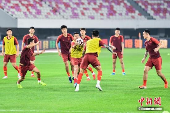 国足在广州天河体育场做着最后的备战。中新社记者 陈骥旻 摄