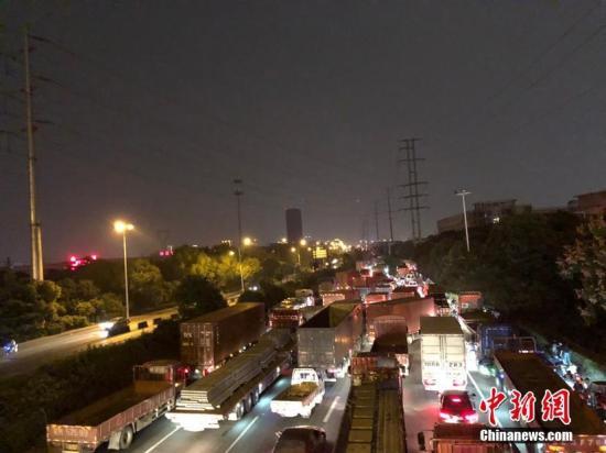 10月10日早,江苏无锡,312国讲上海标的目的锡港路上跨桥路段呈现桥里垮塌,现场有多辆轿车被压,详细墒睁状况没有详。救济撤司已到达现场。周路已被封锁,本地交警正正在停止分流疏浚沟通。今朝救济事情正正在停止中,详细墒睁状况也正在统计傍边。孙权 摄