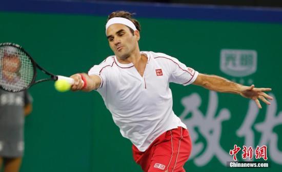 10月10日,2019上海网球大师赛继续进行,在男单第三轮的焦点比赛中,瑞士选手罗杰·费德勒击败比利时选手大卫·戈芬,挺进上海大师赛八强。殷立勤 摄
