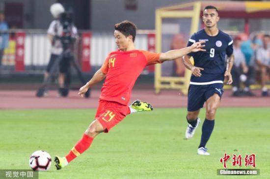 10月10日晚,中国男足迎来与关岛的世预赛主场首秀。凭借杨旭的大四喜以及武磊、吴曦、艾克森的破门,国足7:0大胜对手,取得世预赛两连胜。图为中国队球员池忠国在控球。图片来源:视觉中国
