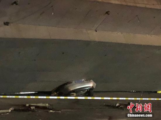 10月10日晚,江苏无锡,312国道上海方向锡港路上跨桥路段出现桥面垮塌,现场有多辆轿车被压,具体伤亡情况不详。救援车辆已抵达现场。周边道路已被封闭,当地交警正在进行分流疏导。目前救援工作正在进行中,具体伤亡情况也在统计当中。孙权 摄