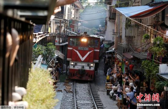 越南河内市古街一条铁道两旁的咖啡店。