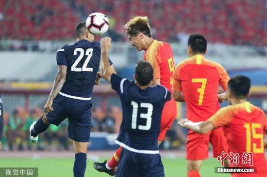 10月10日晚,中国男足迎来与关岛的世预赛主场首秀。凭借杨旭的大四喜以及武磊、吴曦、艾克森的破门,国足7:0大胜对手,取得世预赛两连胜。图为中国队杨旭头球攻门。图片来源:视觉中国