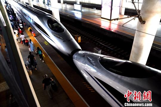 资料图:旅客在南昌西火车站乘坐高铁。中新社发 鲍赣生 摄