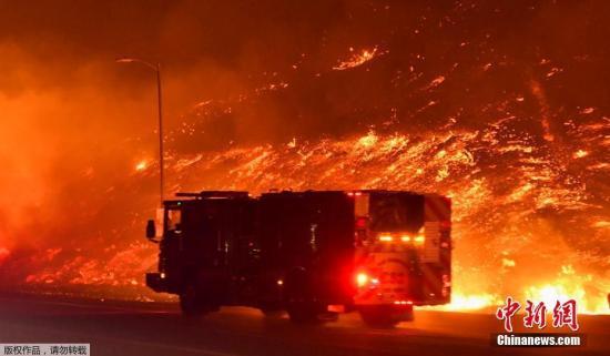 当地时间10月11日,美国加州西尔马发生野火,大风助长了火势映红夜空。