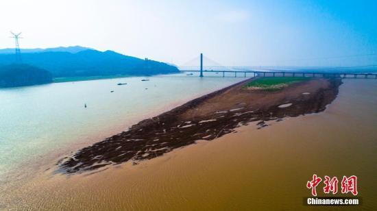 材料图:2019年10月10日,江西九江湖心县,昔日被湖火吞没的滩涂年夜里积显现出去。7月下旬以去,江西降雨量比多年均值偏偏少远6成。李教华 摄