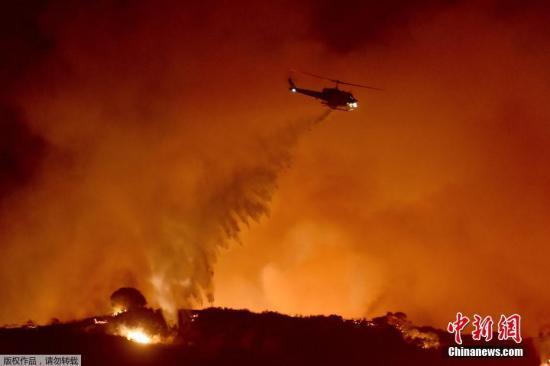 本地工夫2019年10月10日,好国减州文图推县纽里公园,圣莫卡山发作火警,本地住民围不雅曲降机救济。