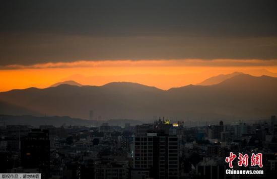 """本地工夫10月10日,日本东京呈现唯好朝霞。据报导,台风""""海贝思""""今朝正正在小笠本远洋背北促进。将于12到13日迫近东日当地区,暴风骤雨极可能对本州年夜范畴地域的住民糊口发生极年夜影响。别的,全部都城圈能够施行年夜范围的方案停运。"""