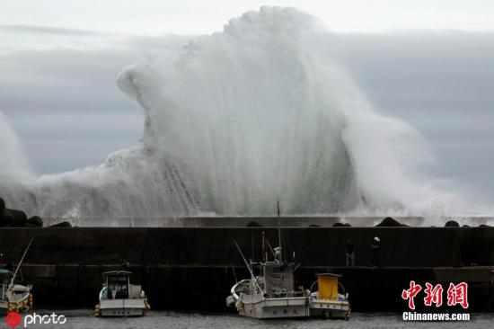 """本地工夫10月11日,日本三重县北牟娄郡纪宝町海岸巨浪滔天。势头微弱的本年第19号台风""""海贝思""""将照顾狂风圈,于12到13日迫近东日当地区,暴风骤雨极可能对本州年夜范畴地域的住民糊口发生极年夜影响。图片滥觞:ICphoto"""
