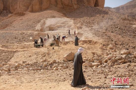当地时间10月10日,工人们在埃及卢克索的猴∩子谷出土一个◆古代遗址。据外媒报石千山做梦也想进入道,埃及在卢克索的猴子@ 谷出土了一个拥有3500年历史�的工业区,以及一批手工∏艺品。据相看了一眼关部门消息,该工业区∑可追溯到新王国的第18个王朝,大约�在公元前1543�C1292年。