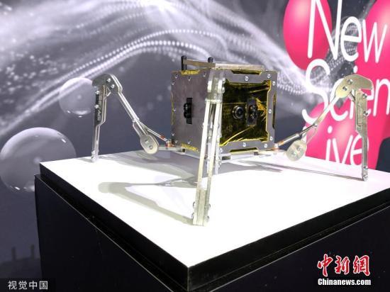 資料圖:一輛微型機器人月球車在英國倫敦展出,該月球車預計將于2021年登月進行探索。圖片來源:視覺中國