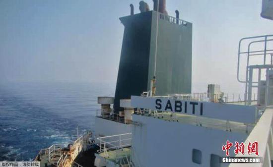 """當地時間10月11日,伊朗國家石油公司的一艘油輪在發生爆炸后起火,事故發生地點距沙特港口城市吉達60英里。伊朗媒體稱,爆炸損壞了該艘油輪上的兩個儲藏室,導致原油泄漏到紅海。有專家認為這是一起""""恐怖襲擊""""。(資料圖)"""