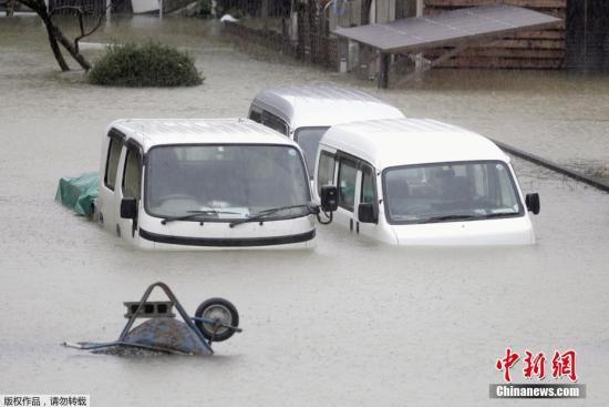 """本地工夫10月12日,受""""海贝思""""影响,日本三重县街讲己凇房被大水吞没。"""