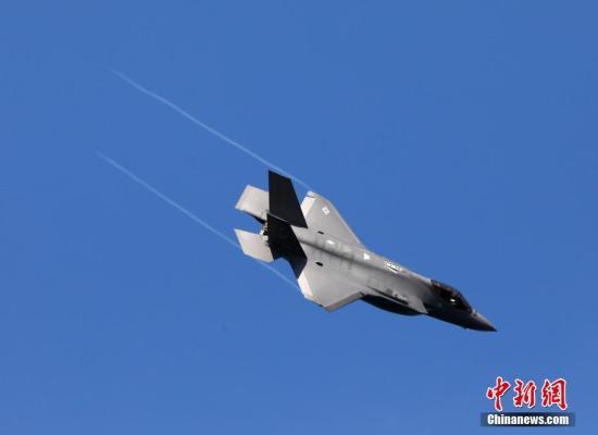 当地时间10月11日,美国F-35隐形战斗机在旧金山金门大桥附近进行特技飞行表演。当日,2019美国旧金山舰队周特技飞行表演以及舰队巡游在金门大桥附近举行,多种型号知名飞机及战舰吸引了军迷及游客的关注。今年的舰队周为期9天,由舰队巡游、飞行表演以及艺术活动等内容组成。 /p中新社记者 刘关关 摄