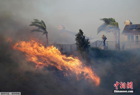 美加州又遭山火肆虐:数十房屋烧毁 300万户轮流断电