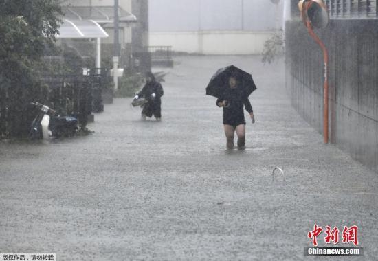 当地时间10月12日,日本静冈县,台风带来暴雨天气,道路被积水淹没。