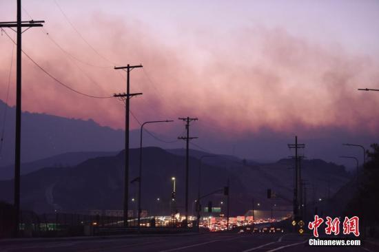 美国洛杉矶附近爆发山火:浓烟滚滚、空气刺鼻