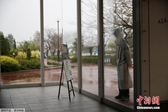 本地工夫10月12日,正在日本中部铃鹿铃鹿赛车场,F1圆程式日本年夜奖赛上,一位平安民员站正在从哈凶比斯撤离的不雅寡的暂时居处里面。受影响,F1日本站部门赛手窝打消。