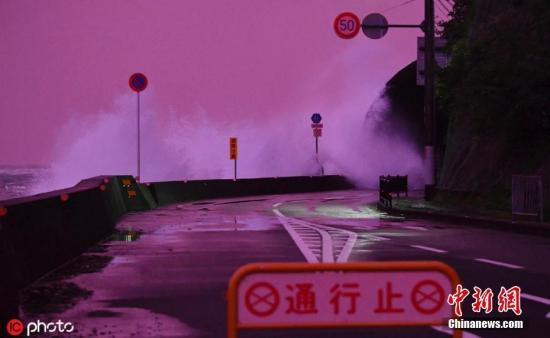 """本地工夫2019年10月11日,日本战歌山县东牟娄郡串本町,本年19号""""海贝思""""迫近日本内地。11日薄暮,受影响,本地天空酿成裂畔色。笔墨滥觞:外洋网 图片滥觞:ICphoto"""