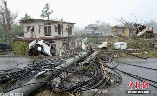 """当地时间10月12日,强台风""""海贝思""""逼近日本,强风吹倒公路旁的电线杆,吹垮民房,破坏力惊人。据报道,今年19号台风""""海贝思""""已于当地时间12日早上逼近日本沿海,受其影响,日本东部沿海地区出现狂风暴雨天气,并伴有灾情。"""