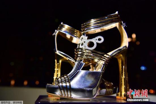 """当地时间10月11日,由意大利设计师Antonio Vietri设计制作的""""星月""""高跟鞋在迪拜的一场发布会上亮相,这双鞋子价值1990万美元,鞋上镶嵌有共计30克拉的钻石和一小块1576年在阿根廷发现的陨石。"""